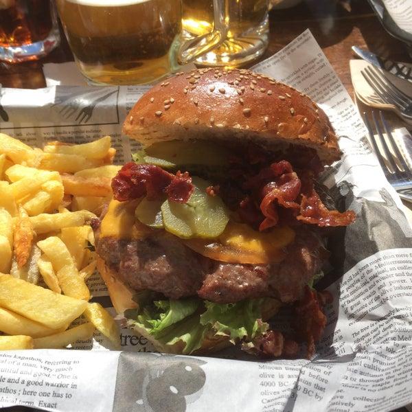 Serveur vraiment gentil et terrasse agréable. Hamburger délicieux !