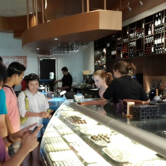 Foto scattata a Copper Restaurant & Dessert Lounge da Haris S. il 9/22/2013
