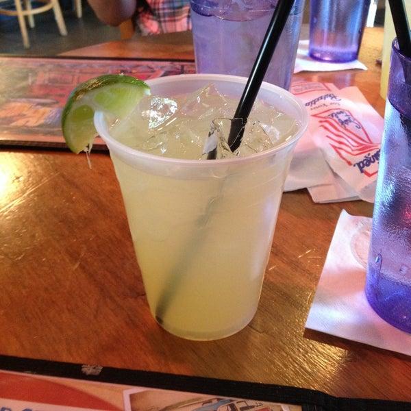 Foto diambil di Lucy's Retired Surfers Bar and Restaurant oleh Lindsey pada 5/3/2013