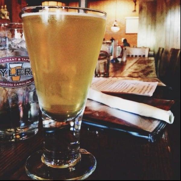 รูปภาพถ่ายที่ Tyler's Restaurant & Taproom โดย AJ V. เมื่อ 5/30/2013
