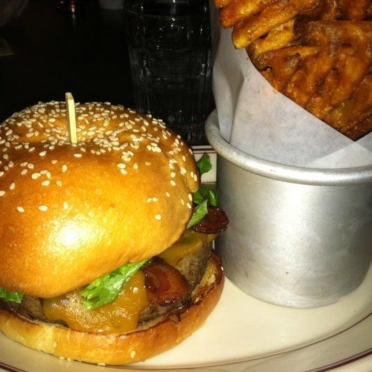 Das Foto wurde bei LT Bar & Grill von Jess L. am 10/12/2012 aufgenommen
