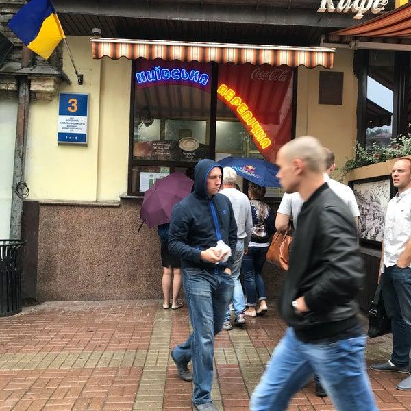 Se vuoi mangiare bene, segui i locali: e qui tutti fanno la fila, per un würstel avvolto in pasta di pane fritta.. buono buono