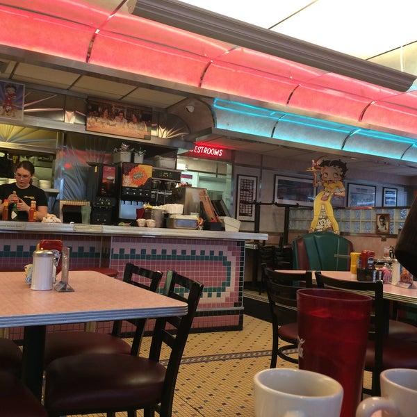 Foto tirada no(a) Rosie's Diner por Tania M. em 4/2/2015