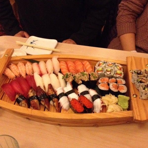 Foto scattata a Sushi-Zen da Rachel C. il 2/9/2014