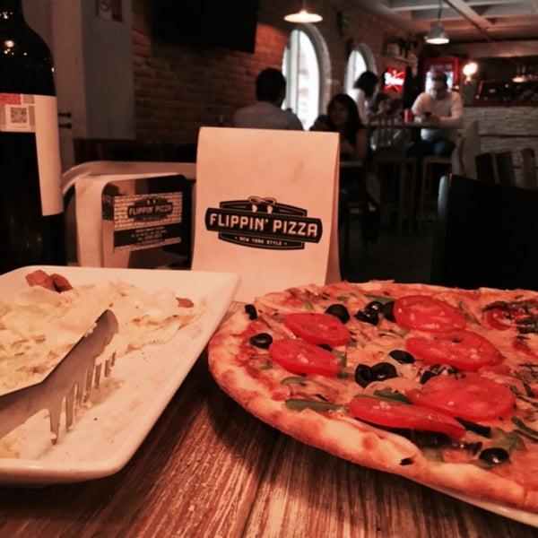 9/12/2015 tarihinde Rodrigo D.ziyaretçi tarafından Flippin' Pizza'de çekilen fotoğraf
