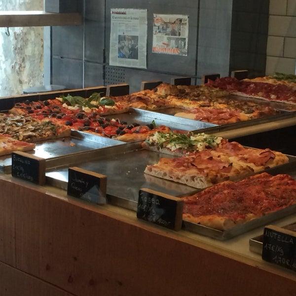 Pizza al taglio buenísima. El local no tiene mucho espacio, y tiene 3 mesas en la terraza. Tambien para llevar