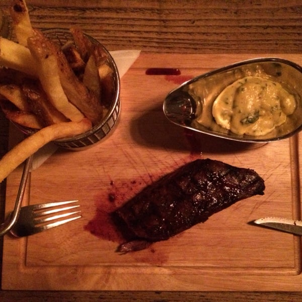 Mükemmel lezzetli steak tavsiye ederim... Patates kızartması az yağlı, çok tuzlu fakat yanındaki ekşi sosla yendiğinde tuzu hissetmiyorsunuz.
