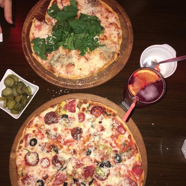 Foto scattata a Pizza Napoli da Aysel C. il 6/23/2017