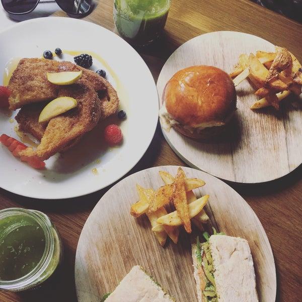 El french toast y el sándwich de salmón son una delicia 😍 la atención regular, el lugar muy acogedor. 👍🏻