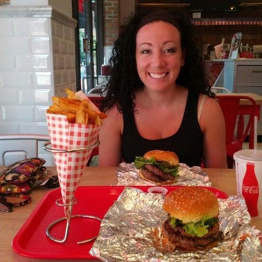 Foto tomada en F. Ottomanelli Burgers and Belgian Fries por Rahul H. el 8/18/2012