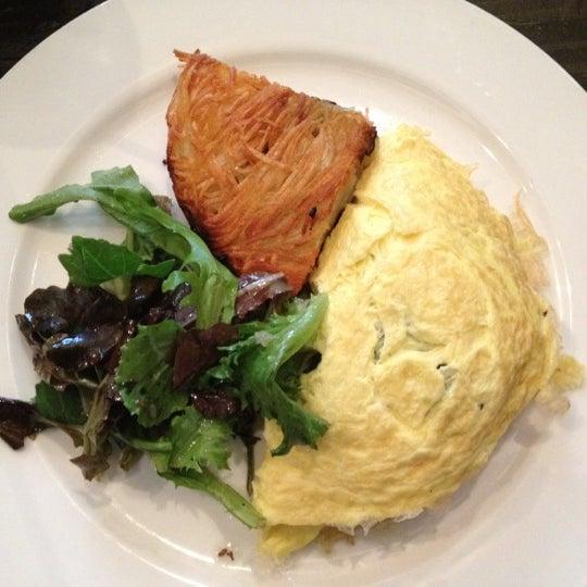 รูปภาพถ่ายที่ Oola Restaurant & Bar โดย Cat R. เมื่อ 8/12/2012