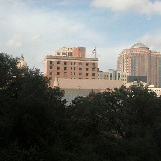 รูปภาพถ่ายที่ Magnolia Hotel โดย Andrew M. เมื่อ 8/24/2012