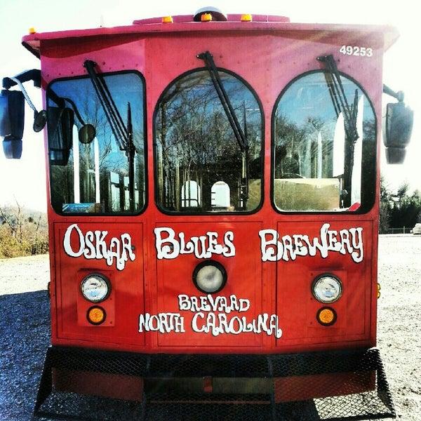 1/21/2013 tarihinde Ask Asheville h.ziyaretçi tarafından Oskar Blues Brewery'de çekilen fotoğraf
