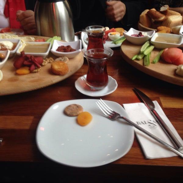 Das Foto wurde bei Cafe Locale İstanbul von Emine Y. am 2/7/2015 aufgenommen