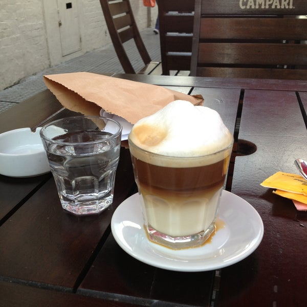 Снимок сделан в Mark's Deli & Coffee House пользователем Daniel M. 5/14/2013