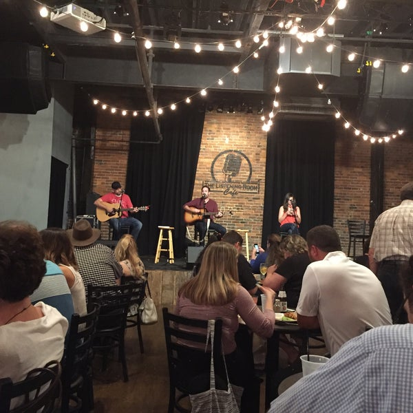 Foto scattata a The Listening Room Cafe da Belinda B. il 10/29/2016