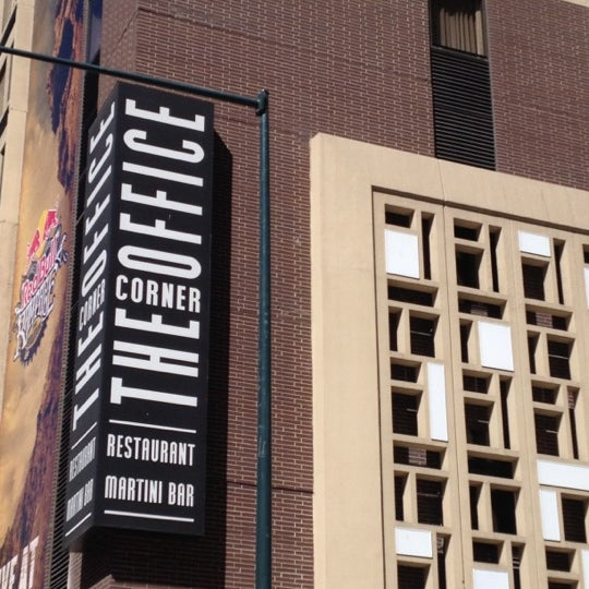 Foto diambil di The Corner Office Restaurant & Martini Bar oleh Justin B. pada 10/3/2012