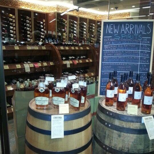 Foto tirada no(a) Astor Wines & Spirits por Marina K. em 12/22/2012
