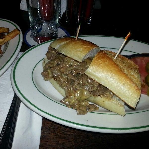 Das Foto wurde bei Luke's Bar & Grill von Lazer B. am 1/25/2014 aufgenommen