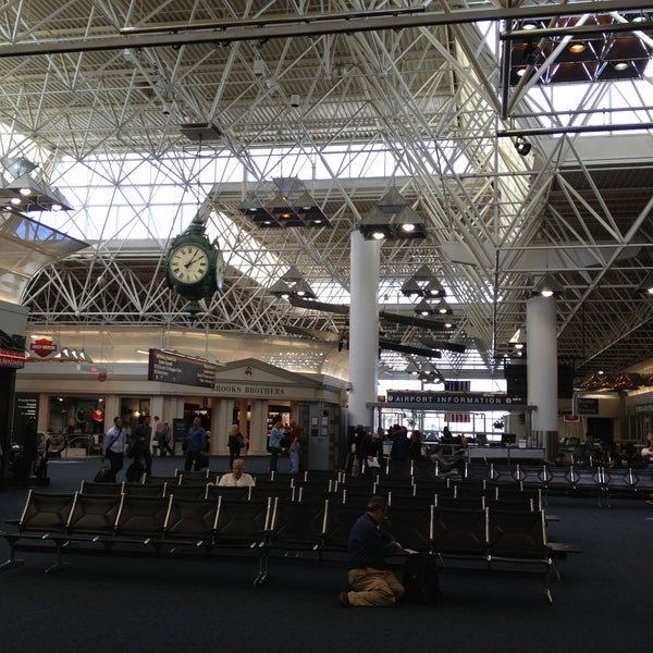Foto tirada no(a) General Mitchell International Airport (MKE) por Jeff J. em 5/6/2013