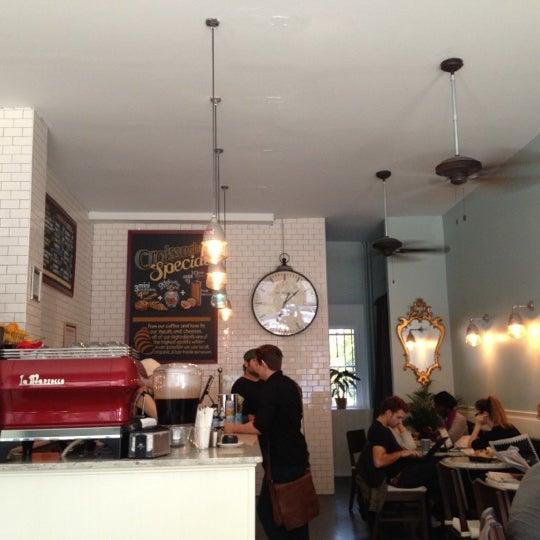 รูปภาพถ่ายที่ Croissanteria โดย Tara L. เมื่อ 11/11/2012