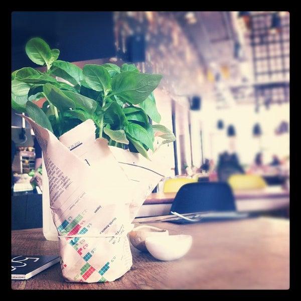 Foto tomada en The Refinery Bar por elena p. el 4/26/2012