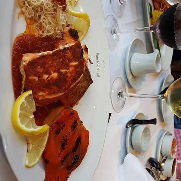 El salmón rosado a la caprese es exquisito. La atención y el servicio son muy buenos. Definitivamente un lugar que visitar.