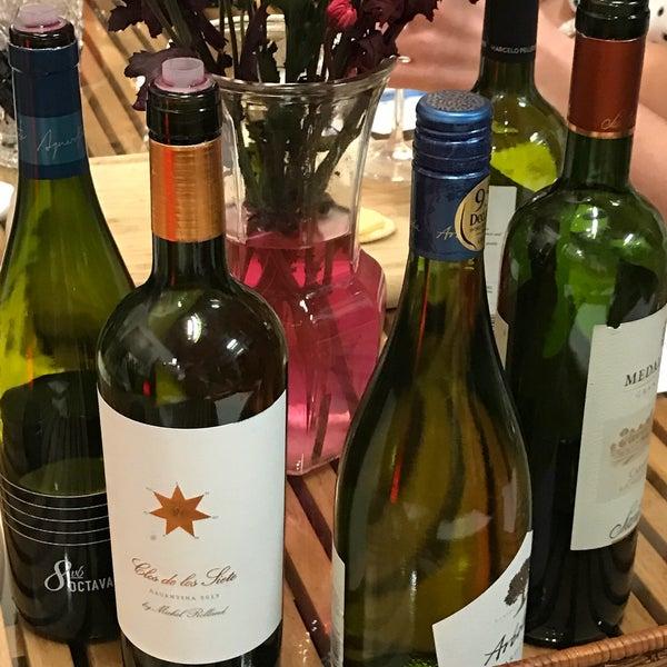 Foto diambil di Wine By The Bay oleh Ramzi A. pada 2/17/2017