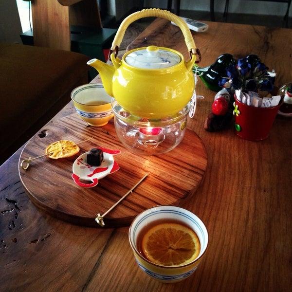 30 çeşit çay ve bol güler yüz Cha'ya Galata'da. Dekorasyon sıcak, çaylar leziz. Uzun soluklu sohbetlerin mekanı. Kavunlu beyaz çay favori