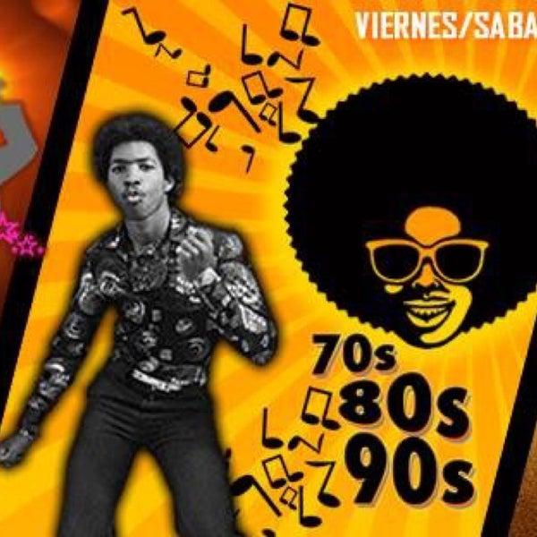 Karaoke de martes a jueves, música de los 80's