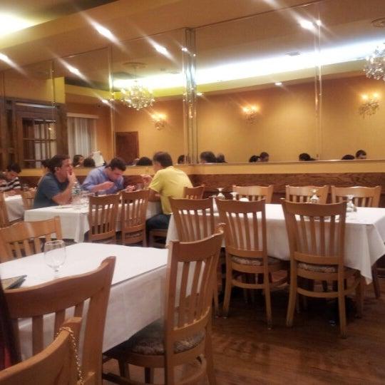 Das Foto wurde bei Taci's Beyti Restaurant von Ernest M. am 9/2/2012 aufgenommen