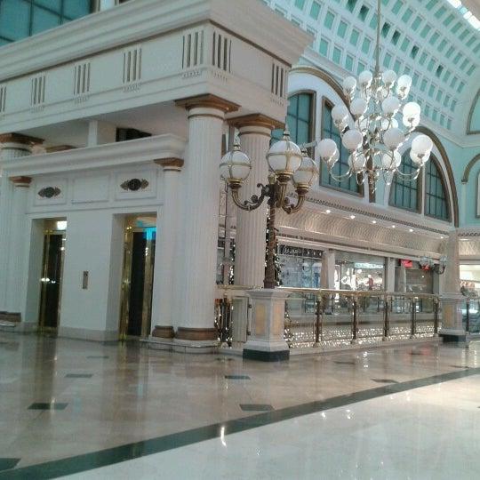 Foto tomada en Centro Comercial Gran Vía 2 por Julia G. el 12/18/2012