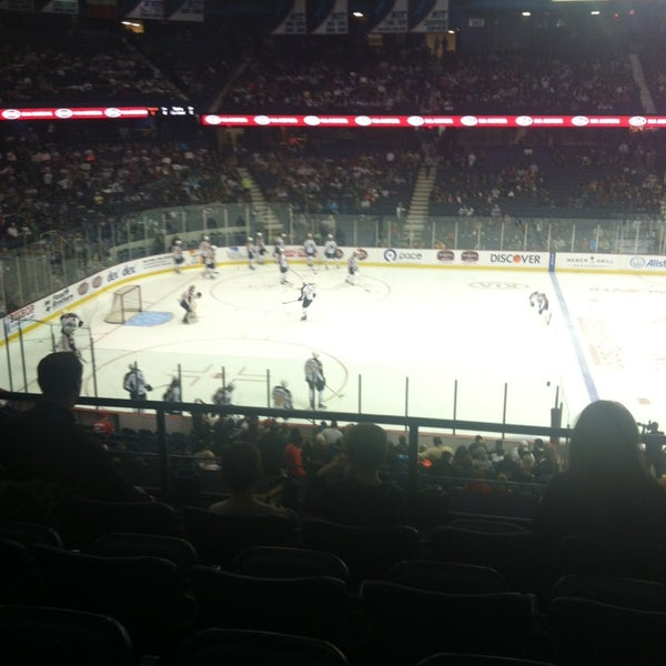 รูปภาพถ่ายที่ Allstate Arena โดย Erik M. เมื่อ 1/6/2013