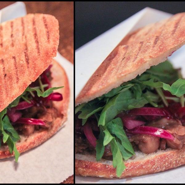 Das Foto wurde bei Bombay Sandwich Co. von Bombay Sandwich Co. am 12/13/2013 aufgenommen