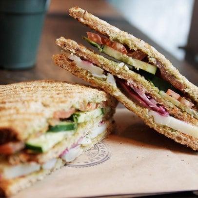 Das Foto wurde bei Bombay Sandwich Co. von Bombay Sandwich Co. am 1/6/2014 aufgenommen