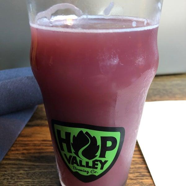 รูปภาพถ่ายที่ Hop Valley Brewing Co. โดย Adam G. เมื่อ 9/27/2019