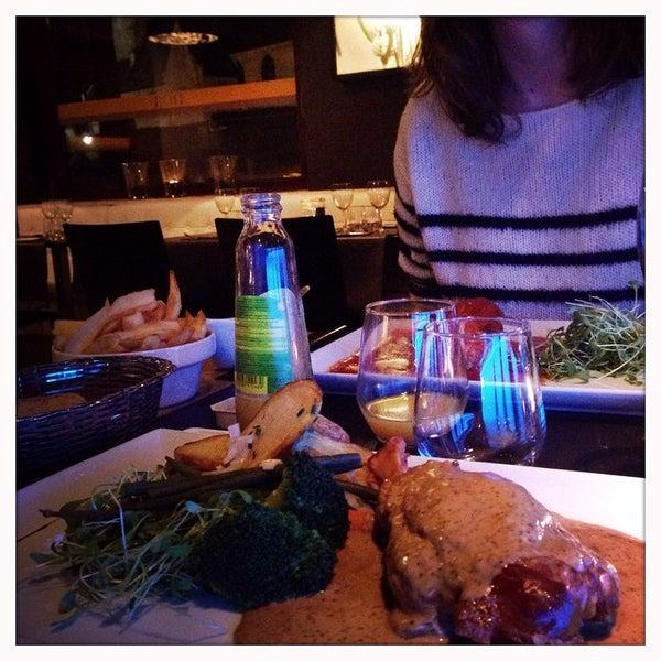 Photo prise au Noa Resto-Lounge-Bar par Jan V. le11/24/2014