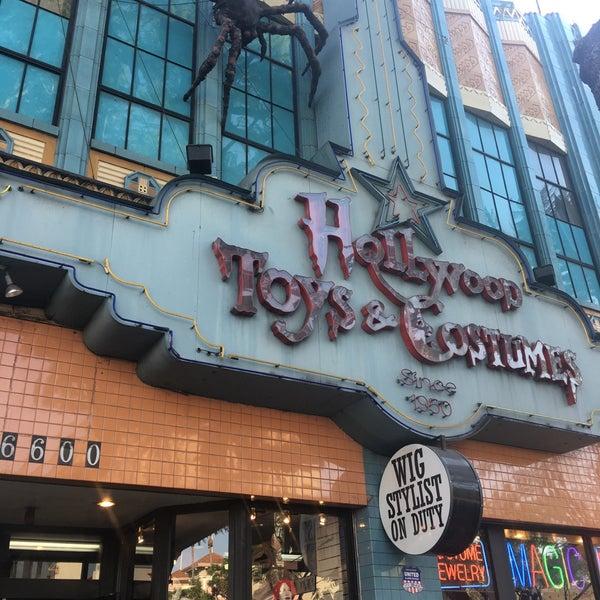 Das Foto wurde bei Hollywood Toys & Costumes von Jess T. am 9/26/2017 aufgenommen