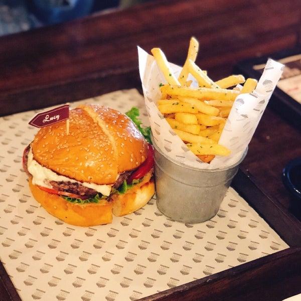 Buena lugar para comer hamburguesas! Esta vez pedí la Lucy, le doy un 6.5 en mi paladar. De hecho el lugar tiene hamburguesas a las que calificó con 8 y hasta 9.
