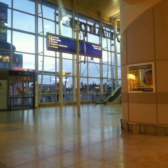 รูปภาพถ่ายที่ Liverpool John Lennon Airport (LPL) โดย Riccardo M. เมื่อ 11/3/2012