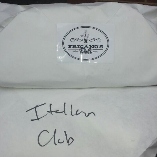 รูปภาพถ่ายที่ Fricano's Deli & Catering โดย Dante F. เมื่อ 5/8/2014