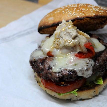 """""""La Sibarita"""" ¡nuestra hamburguesa más refinada! Hecha con burguer de 200 g de ternera, foie al grill, tomate, lechuga francesa, cebolla confitada, crema de setas, mayonesa casera y un toque de miel."""