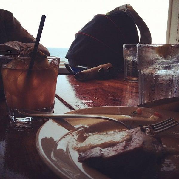 Das Foto wurde bei Duke's Malibu von Adam B. am 5/20/2012 aufgenommen