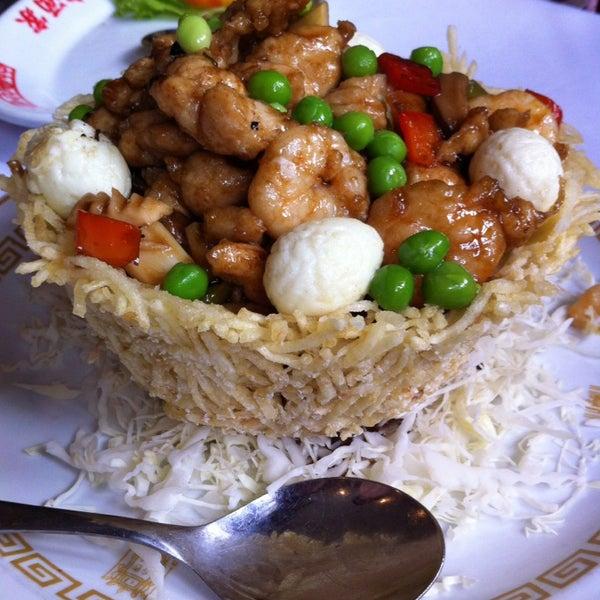 Снимок сделан в Golden Plaza Chinese Restaurant пользователем Eliana H. 4/13/2014
