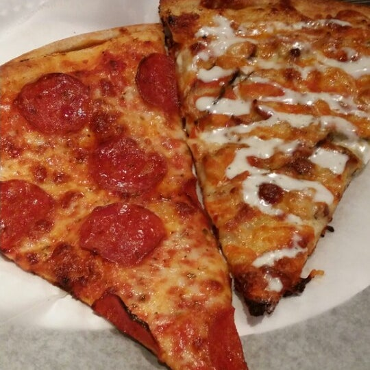Foto diambil di Pizza on Pearl oleh Danelle P. pada 6/5/2014