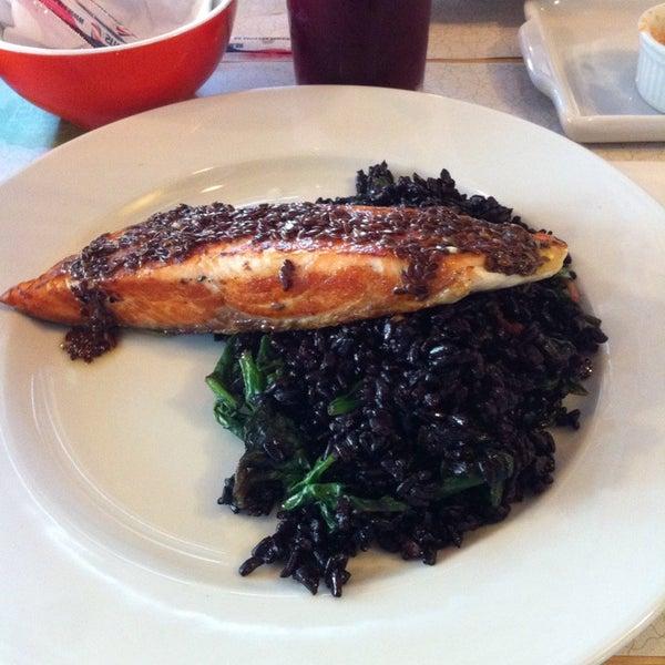 Simplesmente delicioso!! Experimentem o Exagerado 1- salmão ao molho de ervas com linhaça acompanhado arroz preto com gengibre e espinafre.