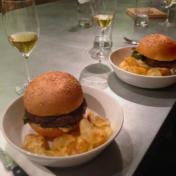 Bellissimo ambiente moderno e una cucina ottima firmata Andrea Berton. Da provare l'hamburger Berton: divino!
