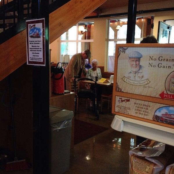 Foto tirada no(a) Bob's Red Mill Whole Grain Store por Jennifer F. em 10/5/2013