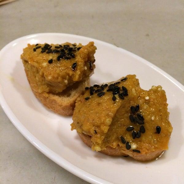 Muy bueno el babaganoush con champis, cabra y tomates secos. El brownie muy seco. Copas generosas