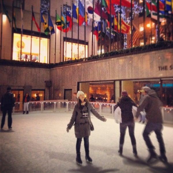 Das Foto wurde bei The Rink at Rockefeller Center von Alisa V. am 2/22/2013 aufgenommen